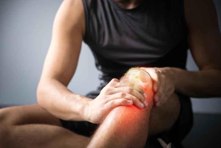 me duele abajo de la rodilla al caminar