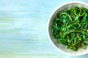 Ensalada de algas wakame. Recetas fáciles y saludables. Con espinacas