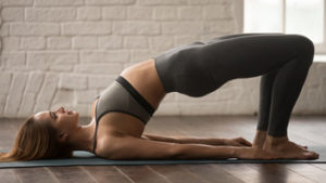 Ejercicios para estirar y fortalecer los flexores de la cadera. Puente