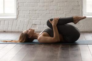 Ejercicios para estirar y fortalecer los flexores de la cadera. Rodillas al pecho