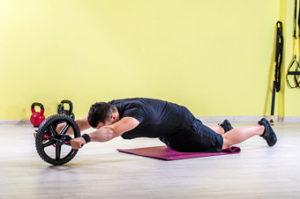 Top ejercicios con rueda abdominal. Ejercicio básico