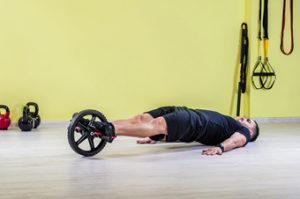 Top ejercicios con rueda abdominal. Con los pies