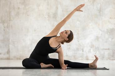 Ejercicios de elongación muscular: isquiotibiales. Con una pierna estirada