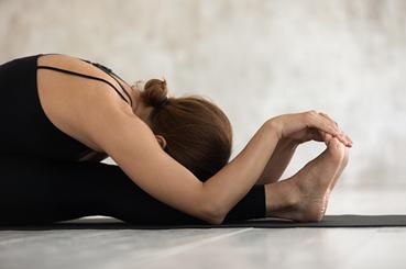 Ejercicios de elongación muscular: isquiotibiales. Piernas juntas.