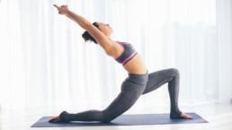 Yoga Iyengar para principiantes: Qué es y principales posturas explicadas paso a paso