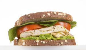 Sandwich de aguacate y pollo