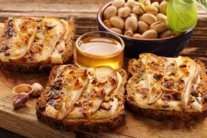 Sandwich de queso de cabra con hijos y miel
