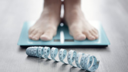 Persona obesa pesándose