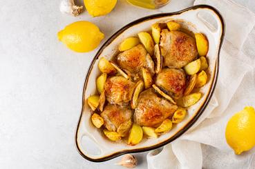 Pollo al horno con limón y pimienta.