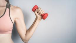 Los mejores ejercicios de espalda con mancuernas para hacer en casa