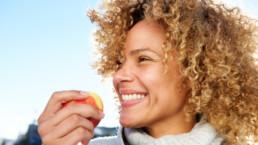 Mujer comiéndose una manzana - Vida saludable