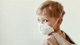 Niño protegido con mascarilla COVID-19
