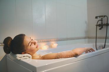 Mujer tomando un baño relajante