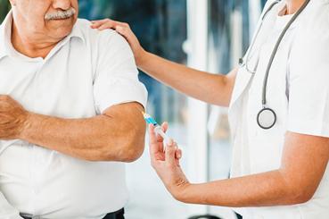 Persona siendo vacunada de COVID-19 en un centro médico