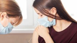 Mujer joven siendo vacunada