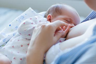 Mamá amamantando a su bebé