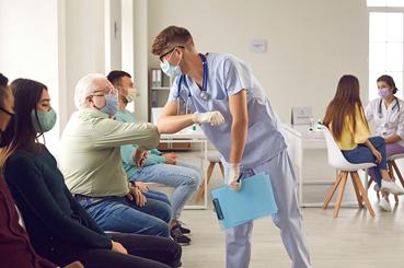 Personas vacunándose de la tercera dosis contra el COVID-19.